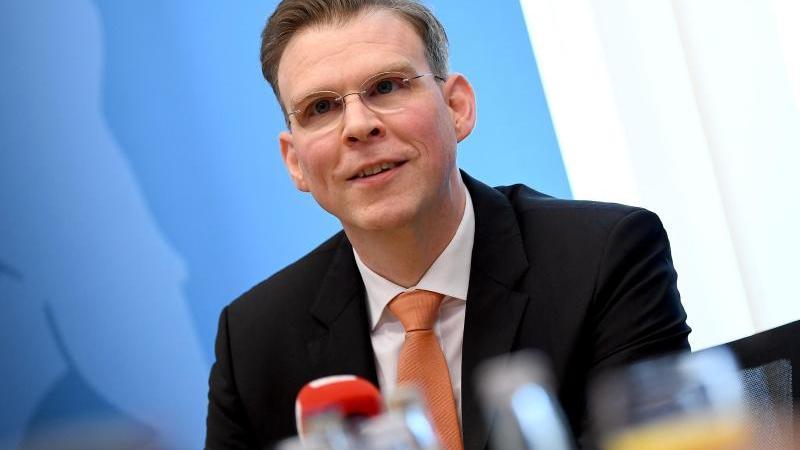Florian Graf bei einer Pressekonferenz