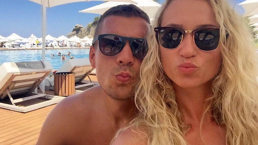 Lukas Podolski postete zum siebten Hochzeitstag ein süßes Selfie mit seiner Monika.