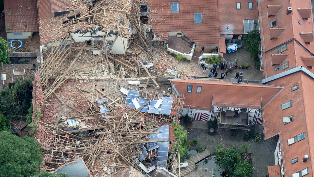 Die Aufnahme aus der Luft zeigt am 08.07.2015 das Ausmaß der Zerstörungen in Framersheim (Rheinland-Pfalz), nachdem ein Sturm am Vorabend durch den kleinen Ort gezogen war. Die Schäden gehen in die Millionen. Foto: Boris Roessler/dpa +++(c) dpa - Bil
