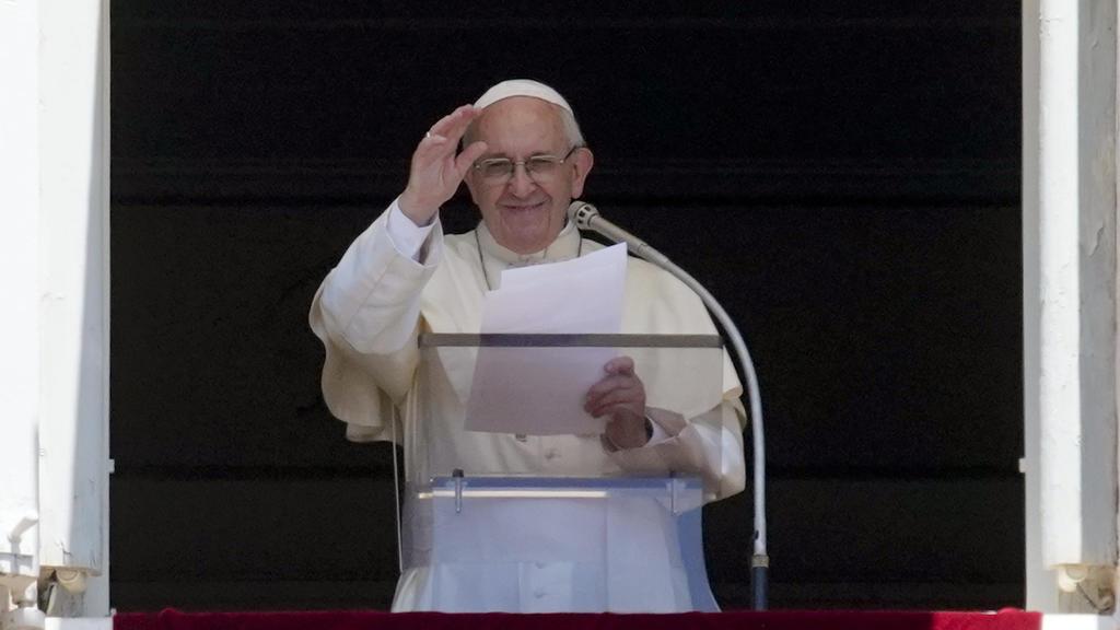 Vatikanstadt: Papst Franziskus winkt zu Gläubigen