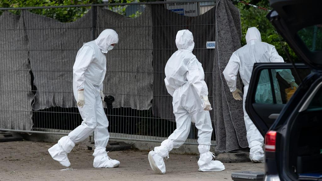 Am Fundort der Leiche sucht die Spurensicherung nach Hinweisen auf den Täter.