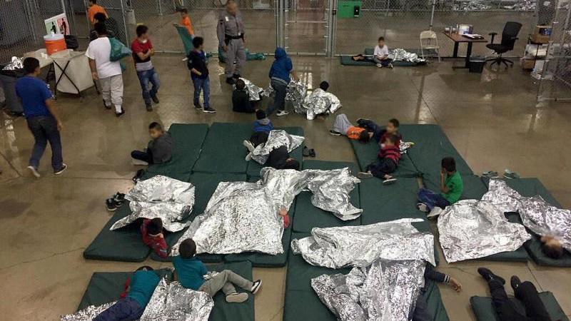 Von ihrem Eltern getrennte Kinder in einem Auffanglager in US-amerikanischen Mcallen.