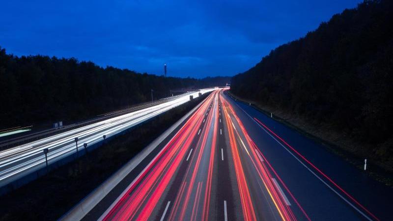 Die Polizei hat in der Nacht eine Geisterfahrerin auf der A24 erwischt, die versuchte, sich hinter einer Leitplanke zu verstecken. (Foto: Motivbild)