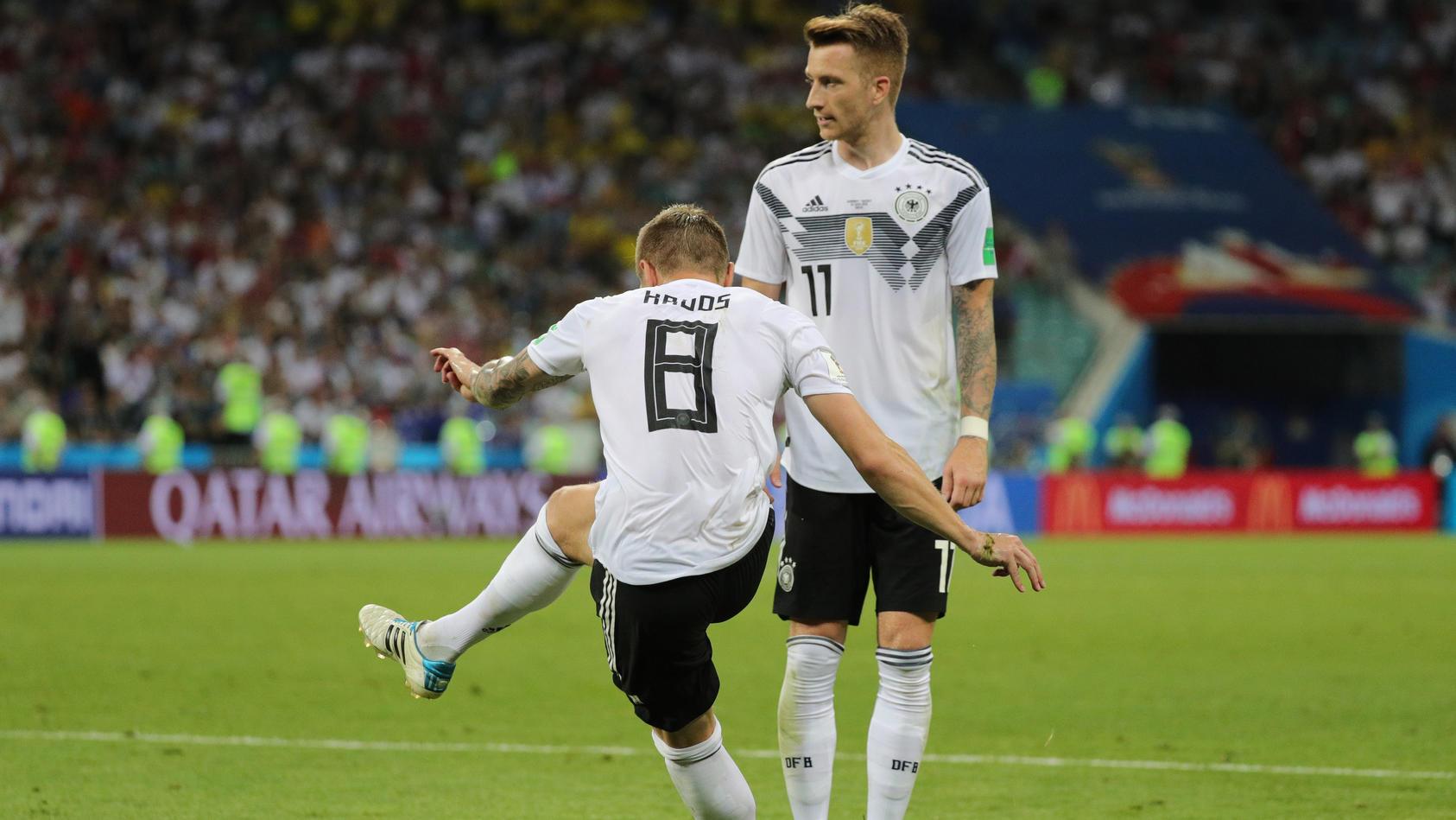 Der entscheidende Moment: Toni Kroos zirkelt den Ball zum deutschen Sieg.