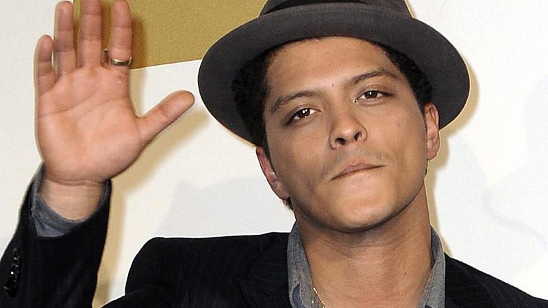 Inwiefern der Täter auch optisch Ähnlichkeiten mit Bruno Mars hat, ist bislang nicht bekannt.