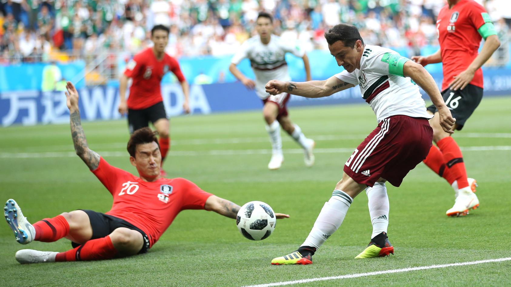Der Südkoreaner Hyun-Soo Jang bekommt bei der WM 2018 den Ball an die Hand: Elfmeter.