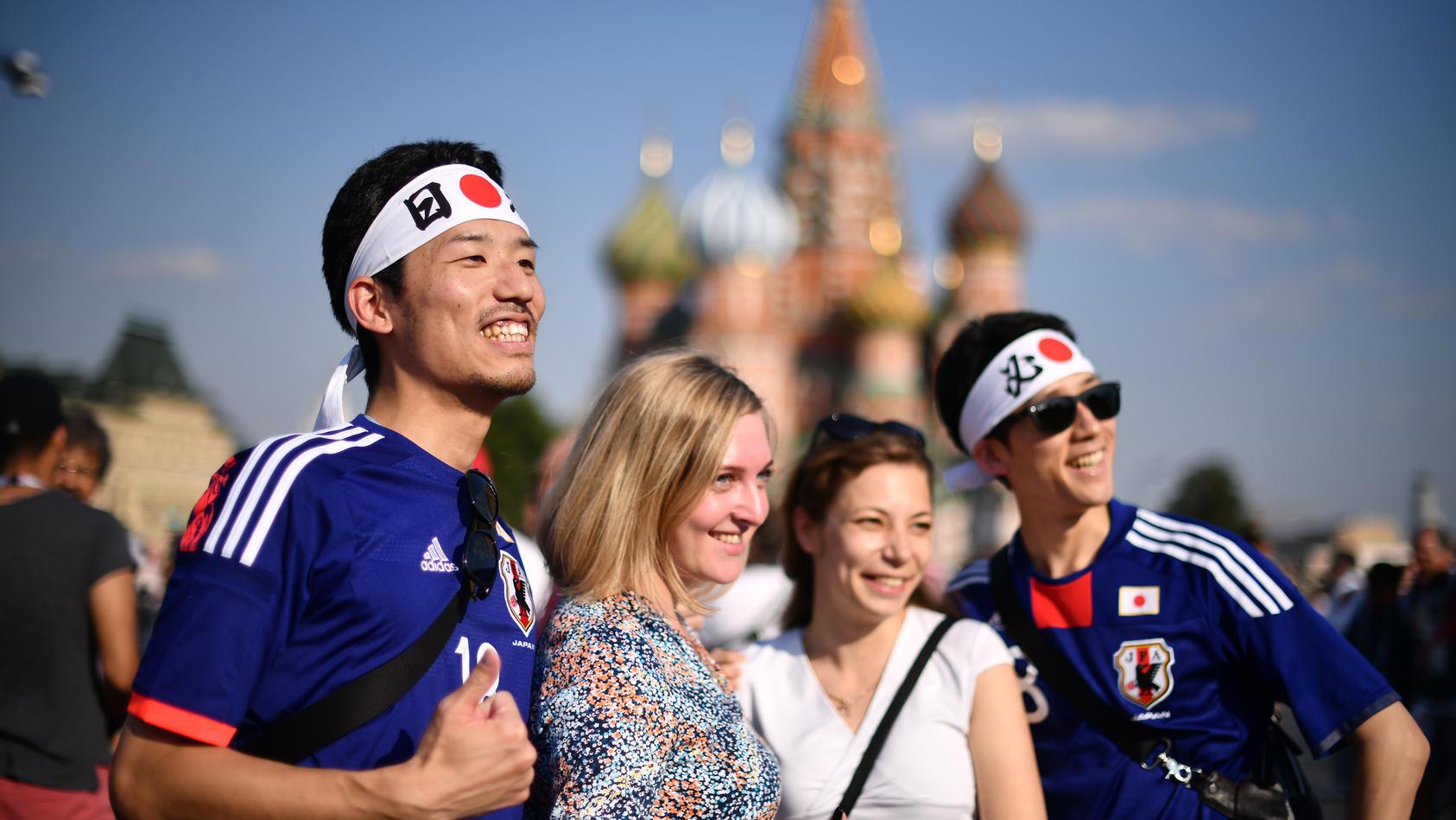Russische Frauen freuen sich über die WM und die Gäste aus dem Ausland - für viele russischer Männer offenbar kaum zu ertragen.