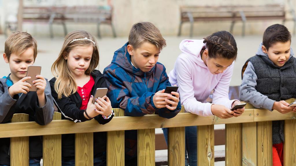 Kinder mit Smartphones.