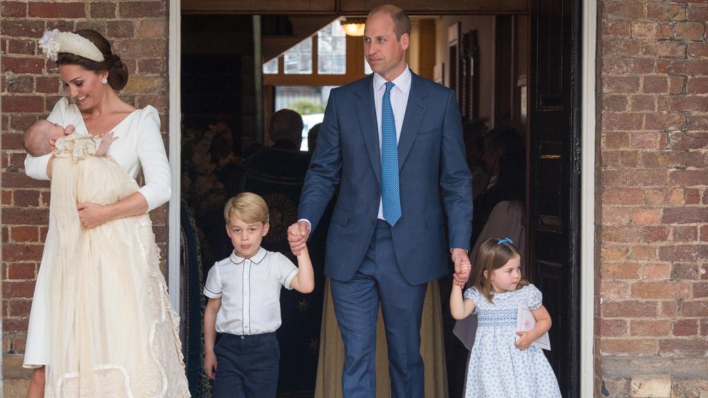 09.07.2018, Großbritannien, London: Die britische Herzogin Kate (l) trägt den britischen Prinz Louis, daneben kommen der britische Prinz William (M) mit den beiden Kindern Prinz George (2.v.l) und Prinzessin Charlotte aus der Kapelle des St.-James's-