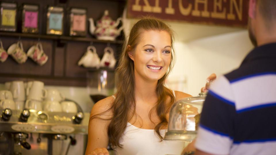 Ab 15 Jahren dürfen Teenager als Kellner in Läden arbeiten.