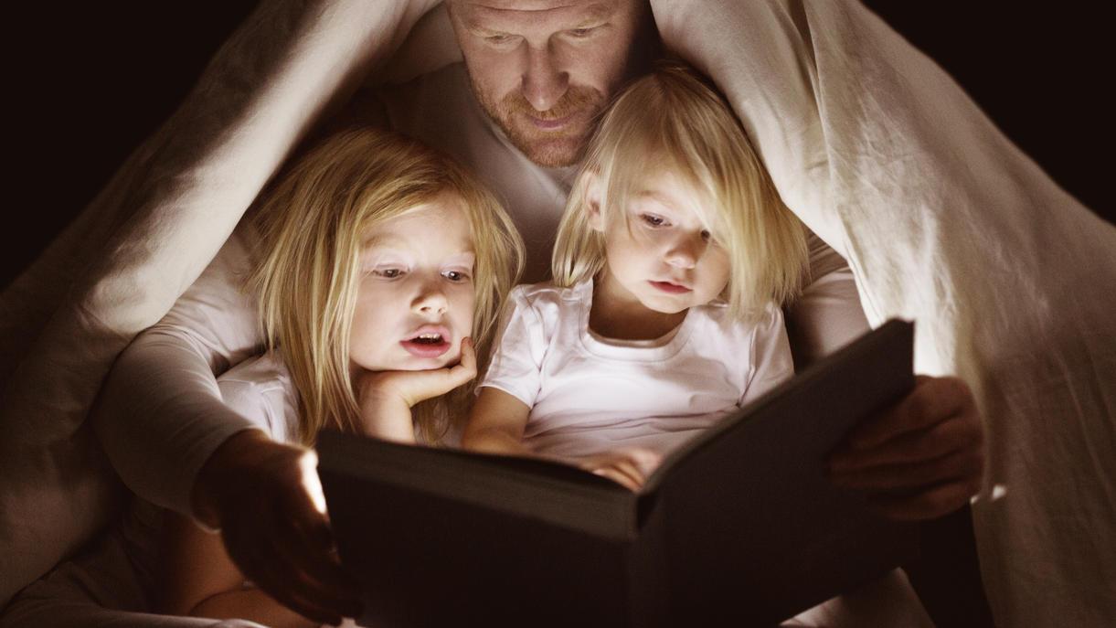 Mit Papa in die selbstgebaute Höhle kriechen und Märchen lesen - kann das schlecht für Kinder sein?