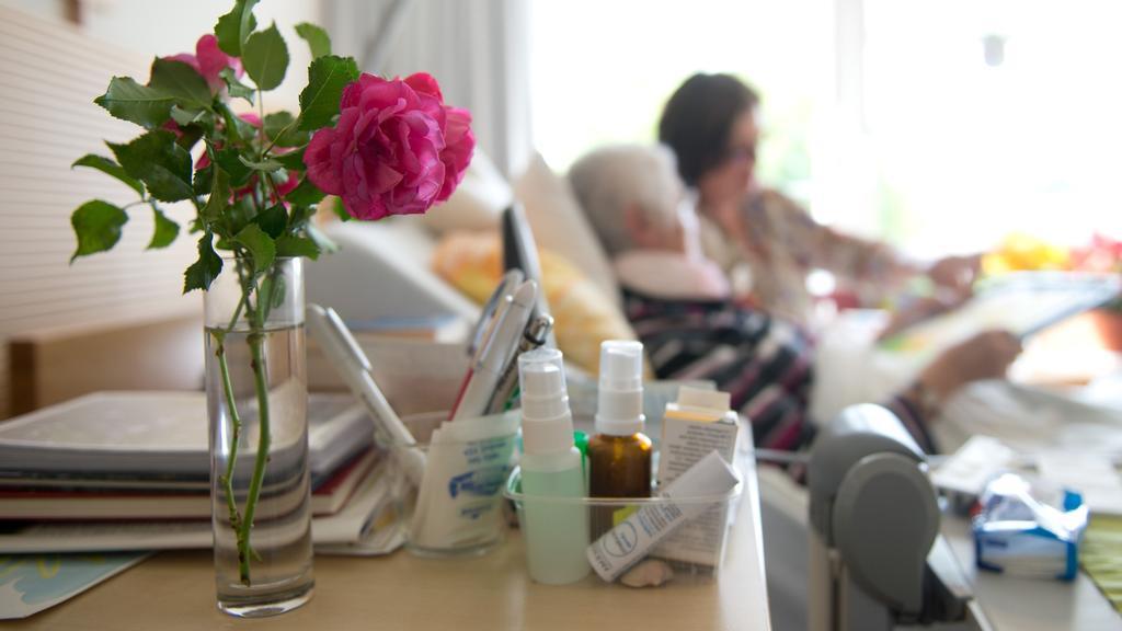 """ARCHIV - Eine Kunsttherapeutin zeichnet am 09.09.2014 im Hospiz St. Martin in Stuttgart (Baden-Württemberg) gemeinsam mit Frau K. an ihrem Krankenbett. Foto: Sebastian Kahnert/dpa (Zu lsw Meldung: """"Hospiz"""" vom 11.11.2014) +++(c) dpa - Bildfunk+++"""