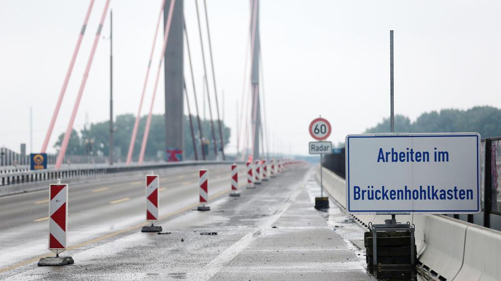 """ARCHIV - 12.08.2016, Nordrhein-Westfalen, Köln: Ein Schild mit der Aufschrift """"Arbeiten im Brückenhohlkasten"""" steht auf der Leverkusener Brücke der A1. (zu dpa «Brückeneinsturz in Italien - kein zusätzlicher Handlungsbedarf in NRW» vom 14.08.2018) Fo"""
