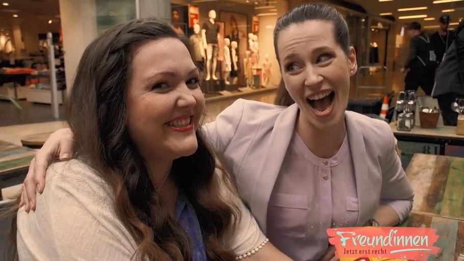 Die Schauspielerinnen (Sarah Victoria Schalow und Katrin Höft) sind für jeden Spaß zu haben.