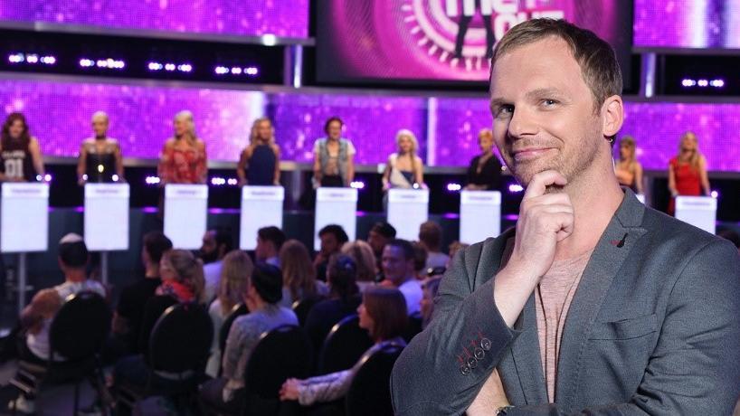 """""""Take Me Out""""-Moderator Ralf Schmitz hilft den liebestollen Singles gern mal ein bisschen auf die Sprünge."""