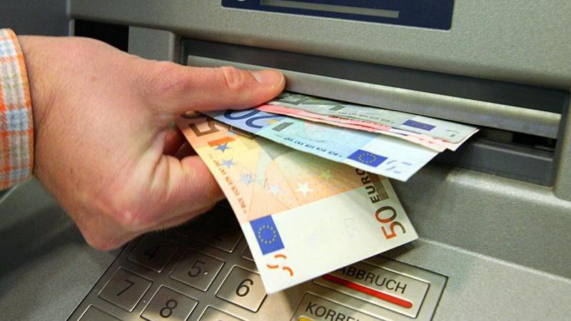 Verbraucher sollten über einen Kontowechsel nachdenken, wenn ihre Bank im Jahr mehr als 60 Euro Gebühren kassiert, so die Experten der Stiftung Warentest. Foto: Salome Kegler