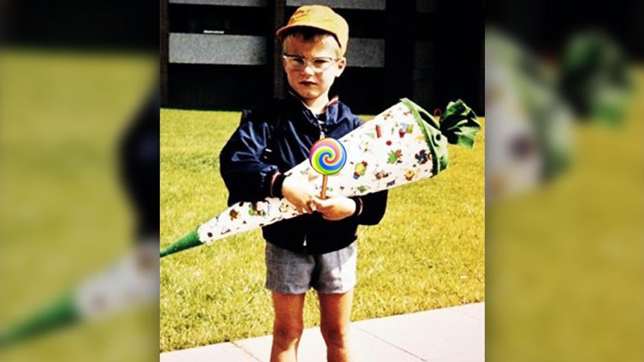 Lilli Schweiger postete ein Foto ihres Vaters Til Schweiger als Erstklässler mit Schultüte auf ihrem Instagra,-Account..