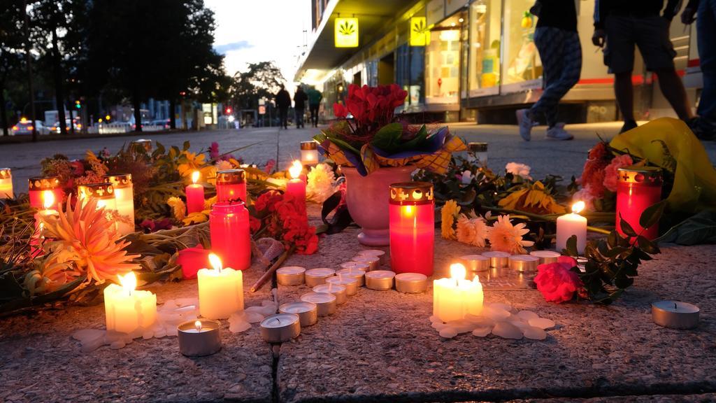 26.08.2018, Sachsen, Chemnitz: Blumen und Kerzen liegen auf einem Weg in der Chemnitzer Innenstadt. Nach dem verhängnisvollen Streit in der Chemnitzer Innenstadt in der Nacht zu Sonntag mit einem Todesopfer und zwei Verletzten endet das Stadtfest vor
