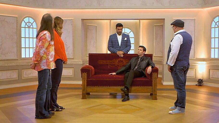 Die Experten machen sich ein gründliches Bild von Miriams Sofa.