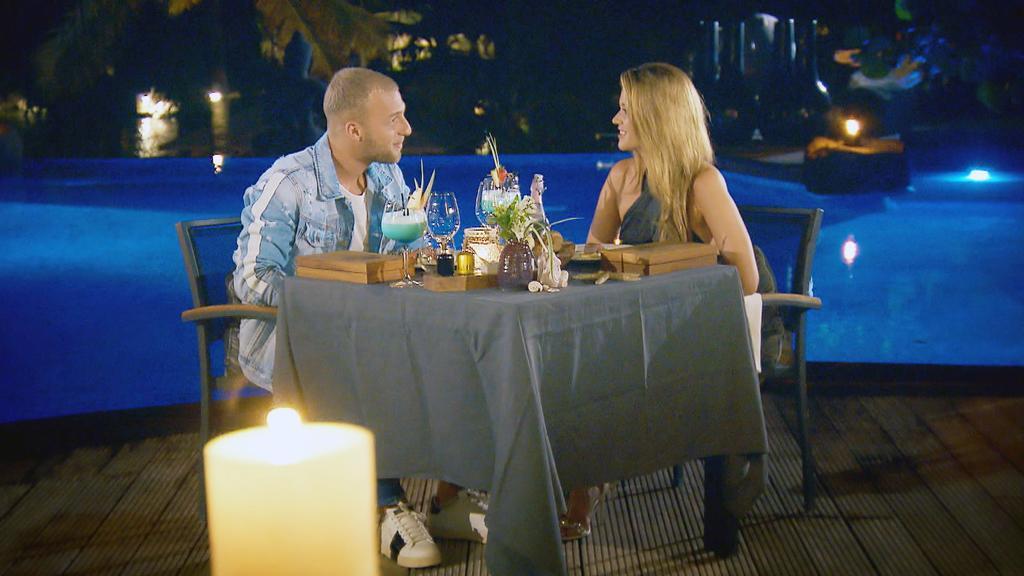 Nach einem ereignisreichen Tag verbringen Nadine und Filip ein romantisches Dinner miteinander. Ob zwischen den beiden endlich die Funken sprühen?
