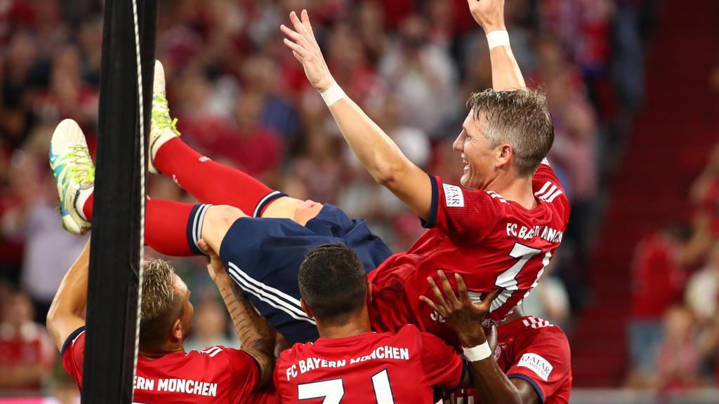 Er lebe hoch: Bastian Schweinsteiger lässt sich bei seinem Abschiedsspiel feiern
