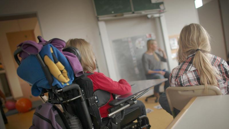 Schüler im Rollstuhl verfolgt mit Mitschülerinnen in der Förderschule am Donnersberg den Unterricht. Foto: Fredrik von Erichsen/Archiv