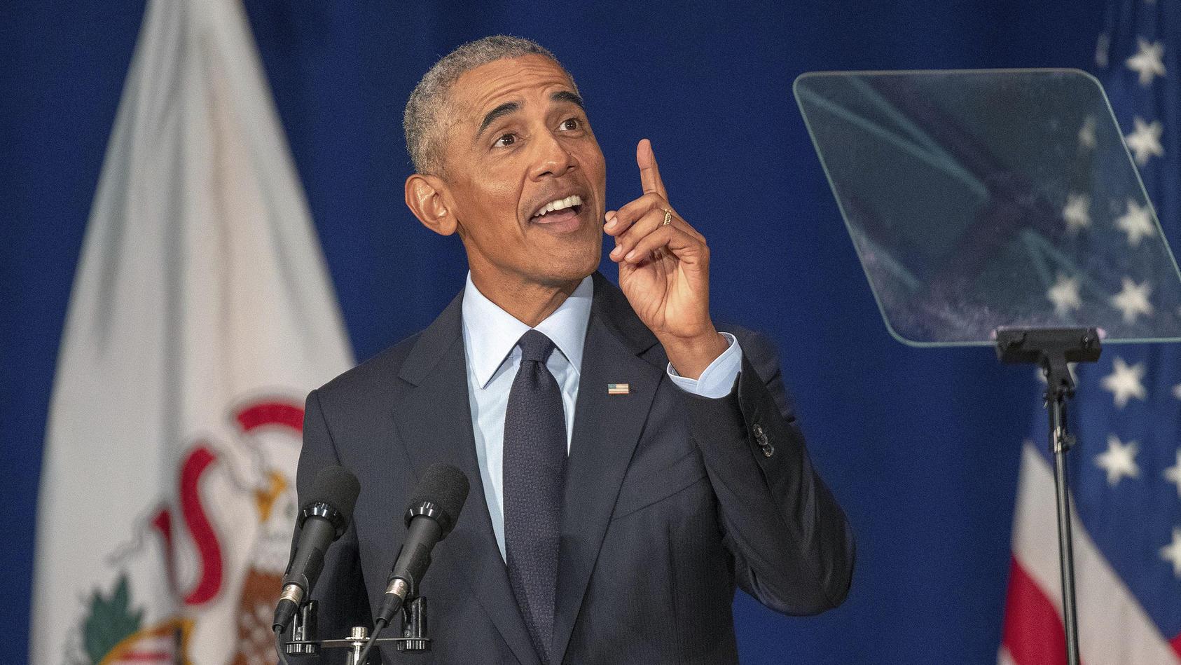 Barack Obama mit einem Fingerzeig nach oben - Richtung UFOs? (Symbolbild)
