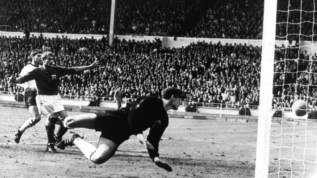 ARCHIV - Tor oder nicht Tor im Finale Deutschland gegen England bei der Fußball-WM 1966 am 30. Juli im Londoner Wembley-Stadion. Der vom englischen Stürmer Geoff Hurst (nicht im Bild) geschossene Ball knallt von der Latte auf den Boden. Der deutsche