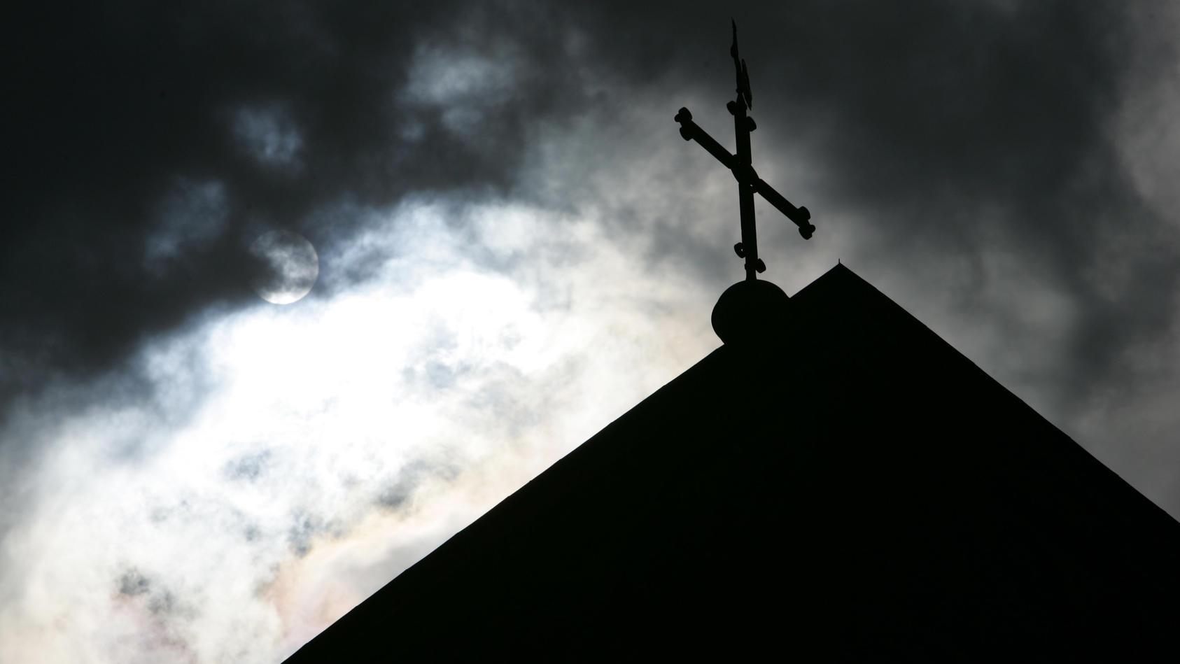 Mitglieder einer bayerischen Pfarreiengemeinschaft haben Unterschriftenaktionen für ihren ehemaligen Priester gestartet (Symbolbild).