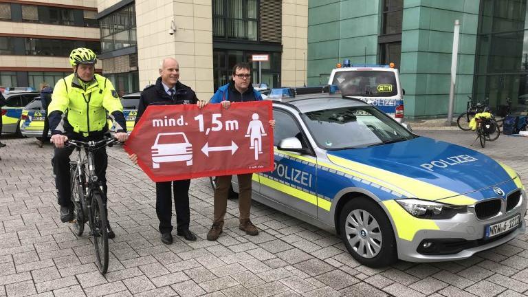 ADFC und Polizei Köln präsentieren Mindestabstands-Kampagne
