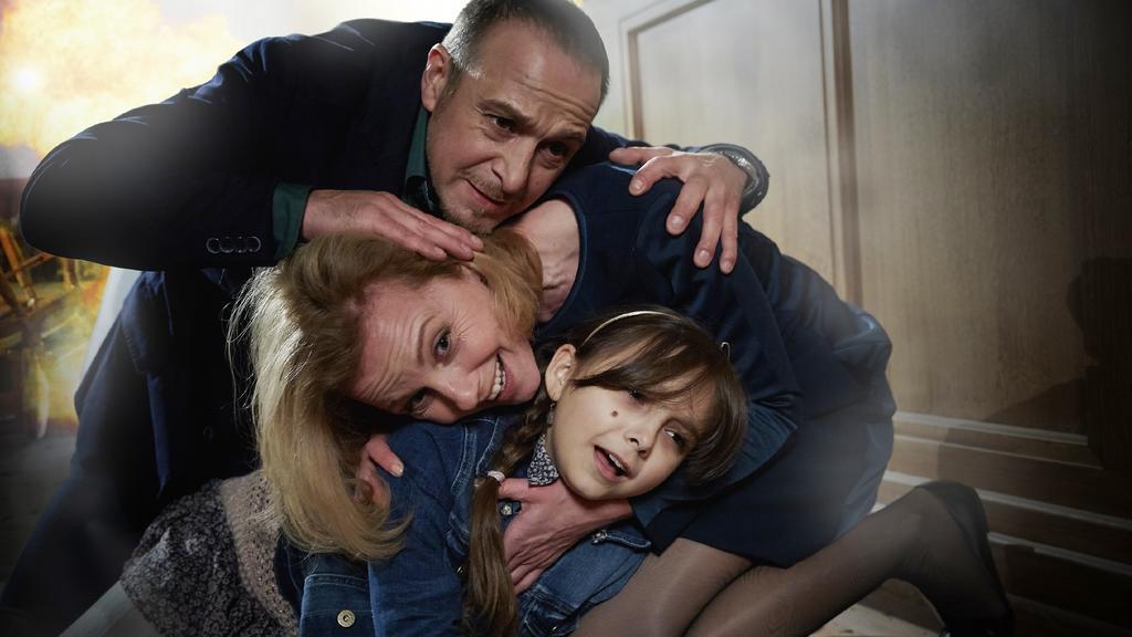 Semir (Erdogan Atalay) wirft sich schützend über Andrea (Carina Wiese) und Ayla (Pauletta Pollmann).