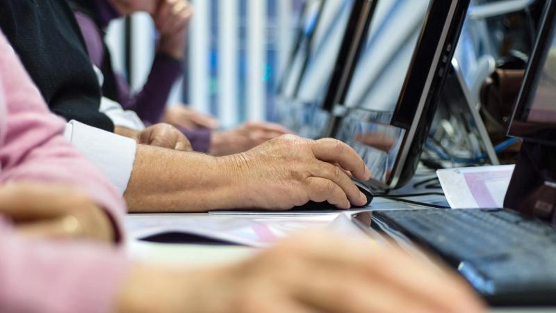 Im Zuge der Digitalisierung sind viele Jobs im Wandel - auch Ältere müssen sich daher stets weiterbilden, um den Anschluss nicht zu verlieren. Foto: Sebastian Gollnow