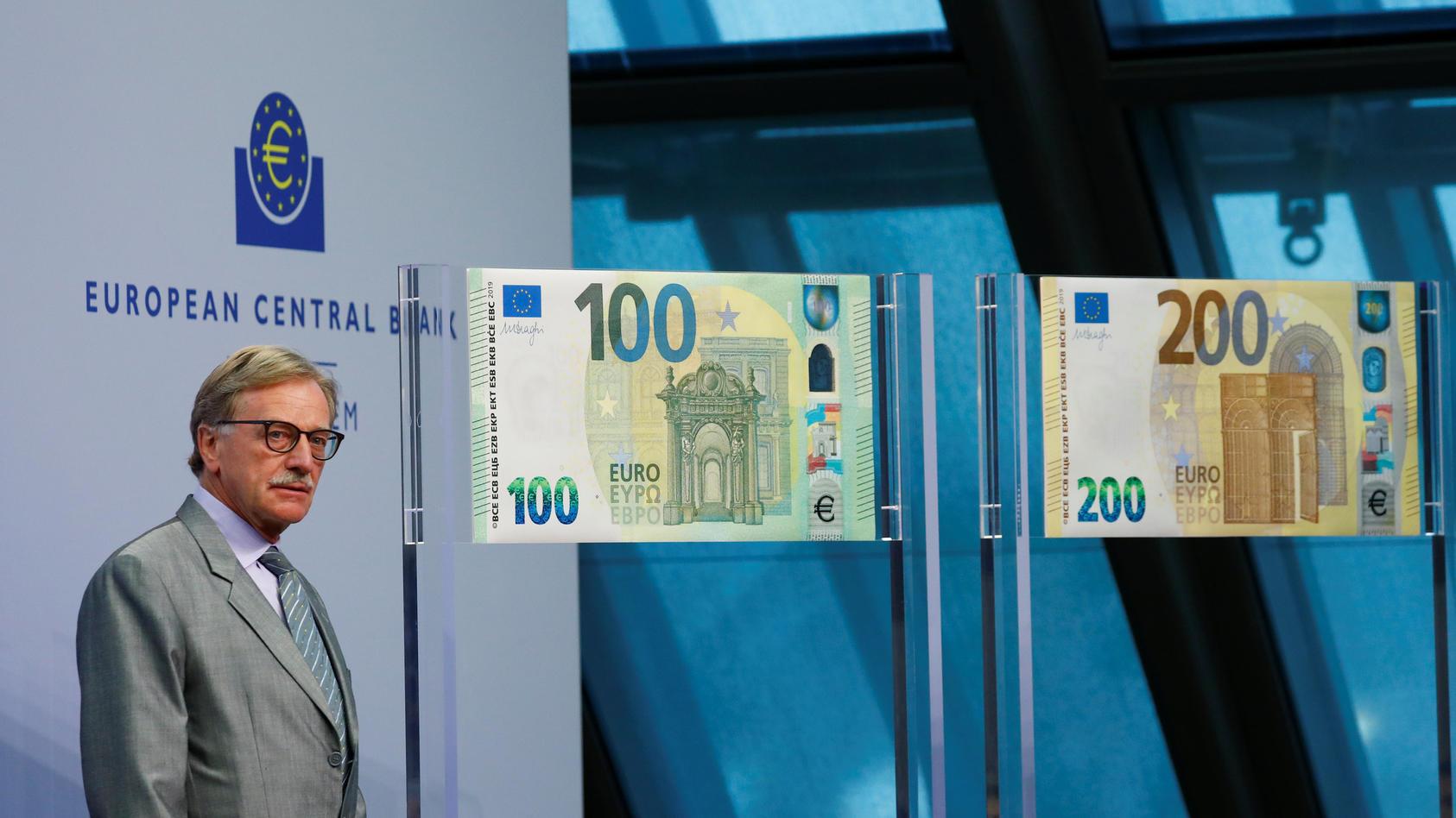 Yves Mersch von der EZB präsentiert in Frankfurt die neuen 100- und 200-Euro-Scheine.
