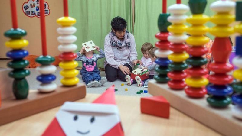 """Das """"Gute-Kita-Gesetz"""" sieht unter anderem vor, dass Eltern bei den Kita-Gebühren entlastet werden. Foto: Jens Büttner/Symbolbild"""