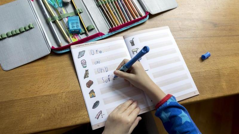 Wie schreibt man Sofa? Wenn Eltern unzufrieden mit der Lernmethode zur Rechtschreibung in der Schule sind, sollten sie sich mit anderen Müttern und Vätern zusammentun. Foto: Florian Schuh