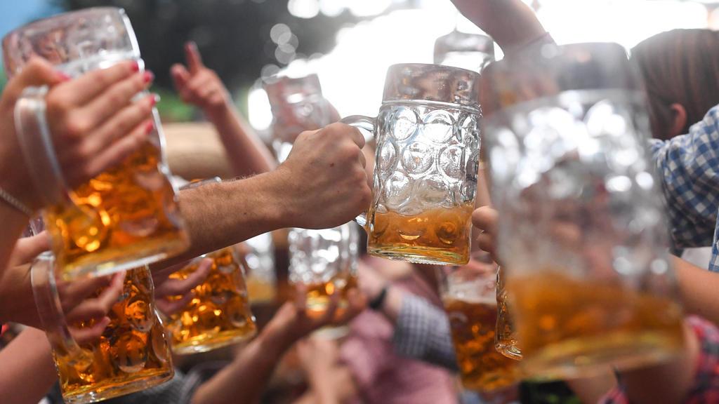 ARCHIV - 24.09.2017, Bayern, Munich: Wiesn-Besucher prosten sich gegenseitig mit Bierkrügen zu. (zu dpa-Korr: «Vom Anbandeln und Kronprinz Ludwig - Wissenswertes zu der Wiesn» vom 16.9.2018) Foto: Tobias Hase/dpa +++ dpa-Bildfunk +++