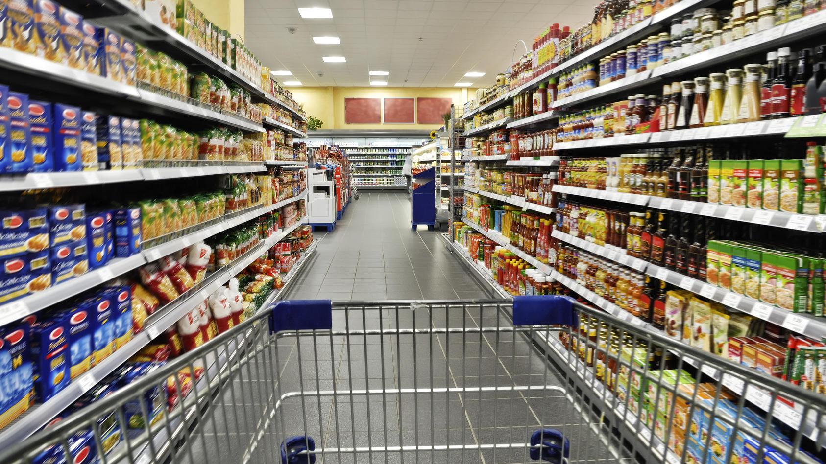 Supermarktgang: Aber in welchem Laden ist der Gang mit dem Einkaufswagen denn nun am günstigsten?