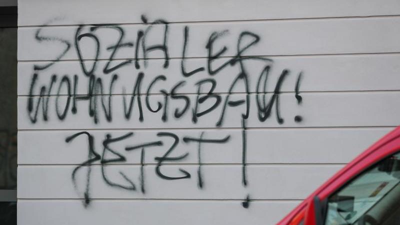 Graffiti «Sozialer Wohnungsbau! Jetzt!» an einem Wohnhaus