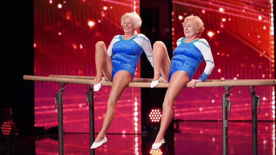 So fit und das mit 80 und 77 Jahren: Roswitha und Renate zeigen ihr Können am Barren.