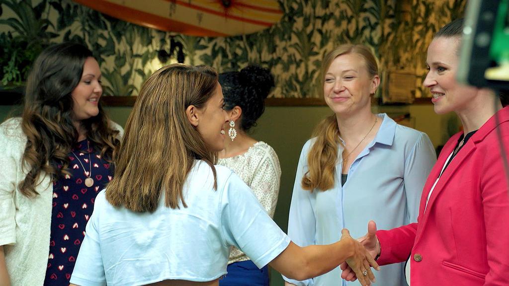 Vanessa Mai und die Schauspielerinnen Sarah Victoria Schalow, Shirin Soraya, Franziska Arndt und Katrin Höft lernen sich kennen.