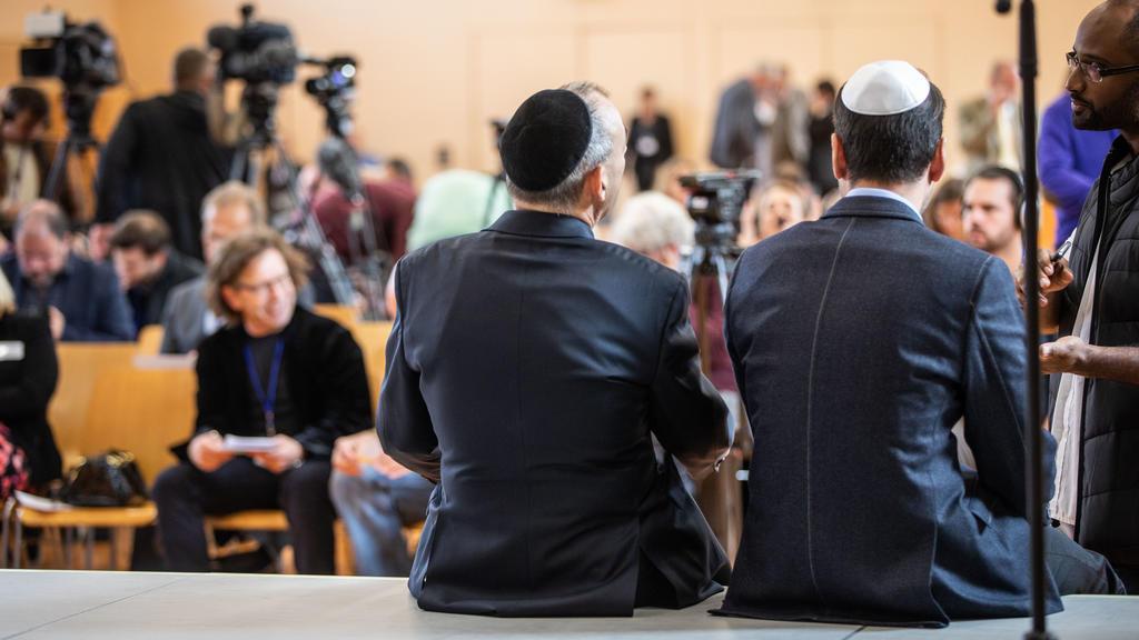 07.10.2018, Hessen, Wiesbaden: Zwei Teilnehmer der Gründungsveranstaltung der jüdischen Bundesvereinigung innerhalb der AfD sitzen im Bürgerhaus im Stadtteil Erbenheim zu Beginn einer Pressekonferenz auf dem Podium. Die Vereinigung sollte wenig späte