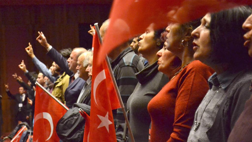 Unterstützer von Sinan Ogan stehen am 10.03.2017 vor einem Auftritt von Ogan in Istanbul auf, um die türkische Nationalhymne zu singen.