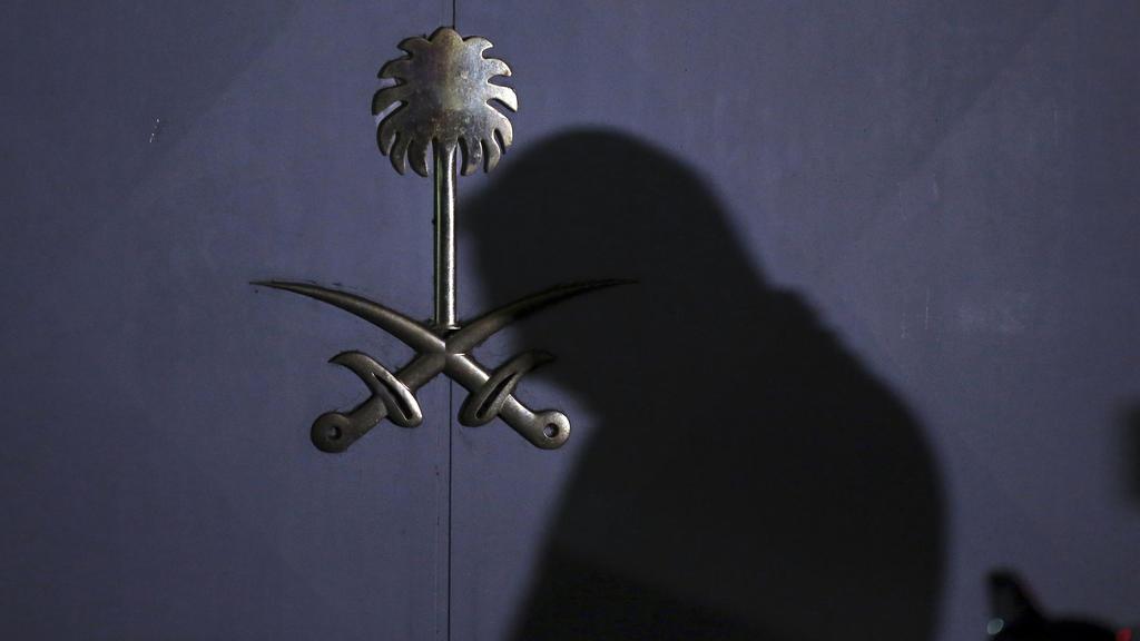 Ein türkischer Gerichtsmediziner trifft am saudi-arabischen Konsulat ein, um weitere Untersuchungen im Fall Khashoggi zu unternehmen.