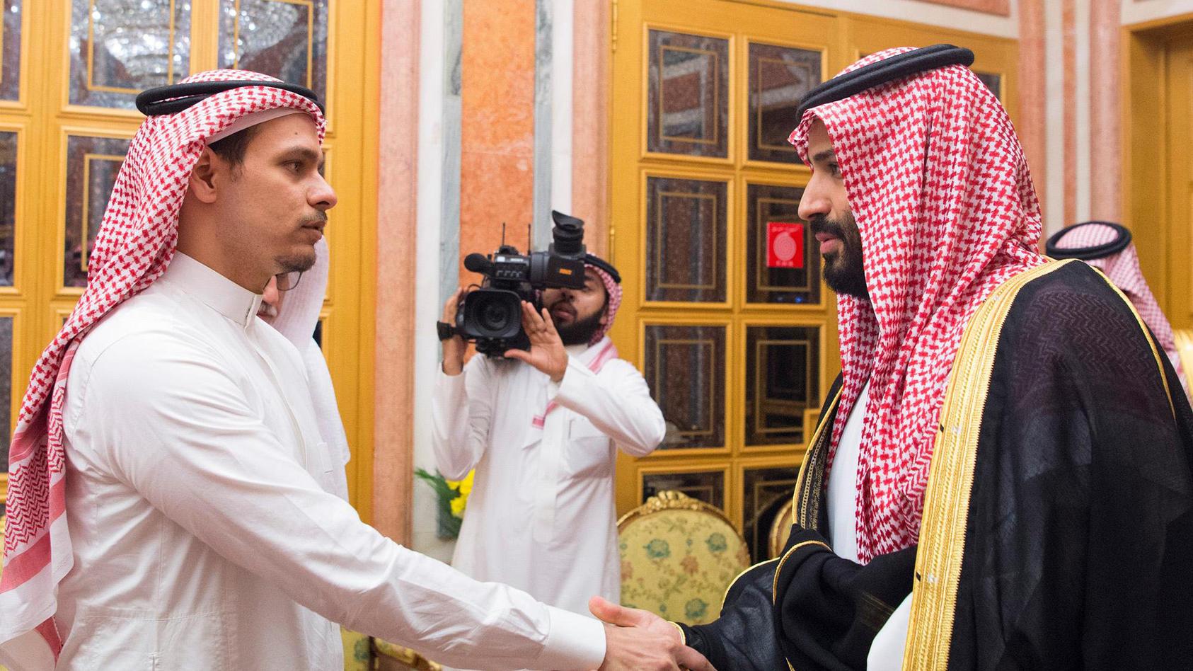 Salah Khashoggi beim saudischen Kronprinzen, der verdächtigt wird, den Mord an Jamal Khashoggi beauftragt zu haben.