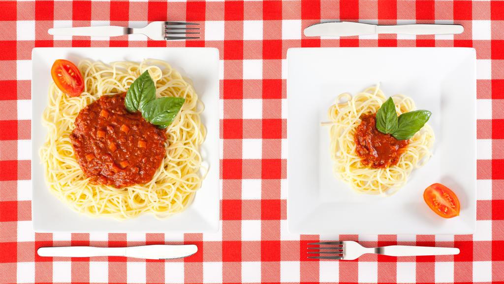 Große und kleine Portion Spaghetti Bolognaise