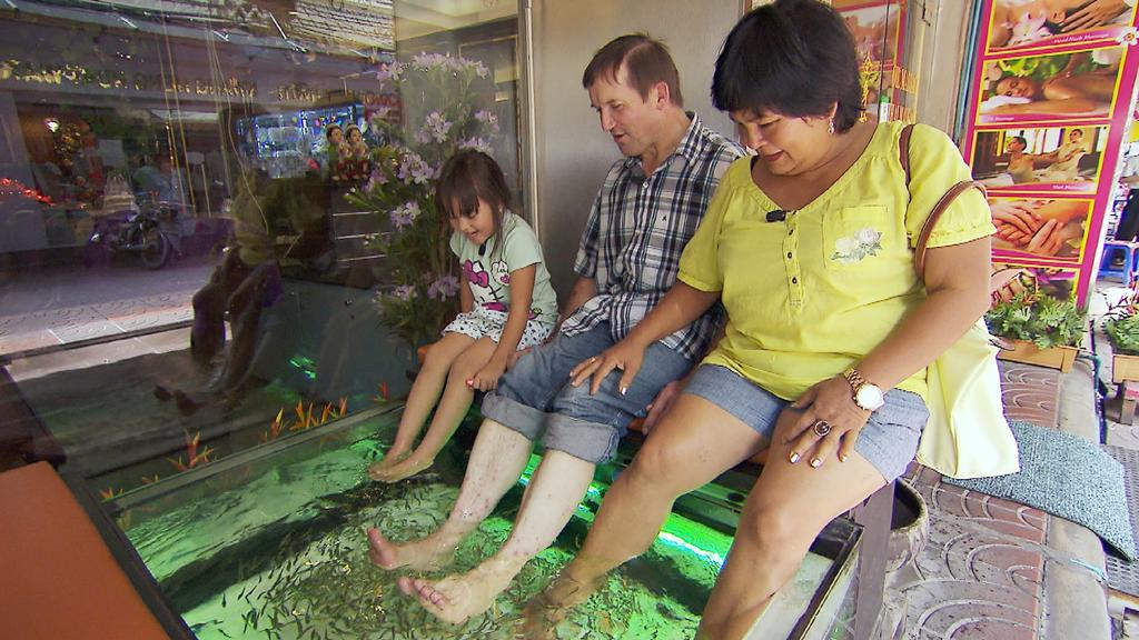 Gemeinsam besuchen Josef, Narumol und Jorafina (l.) in Bangkok einen Fisch-Spa. Die kleinen Fische knabbern die alten Hautschuppen ab.