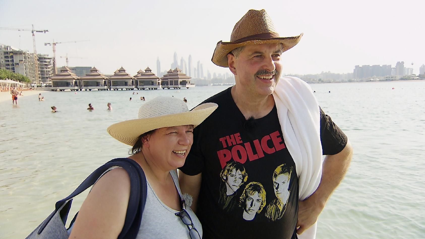 Anja und Bruno sind in Dubai angekommen und besuchen den Hotelstrand.