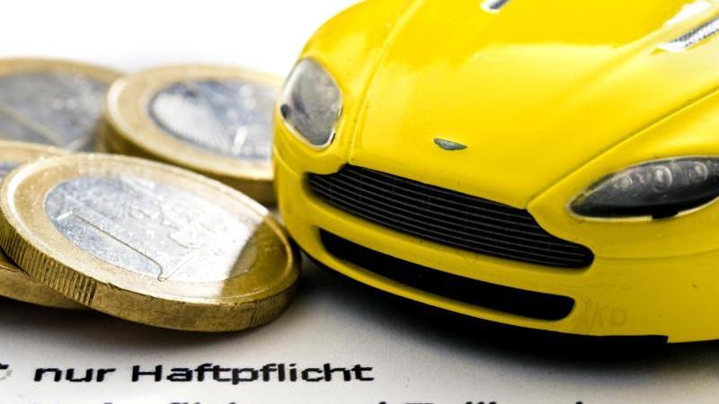 Die Kfz-Versicherer liefern sich in diesem Jahr einen Preiskampf. Neuverträge werden daher günstiger. Foto: Jens Schierenbeck/dpa