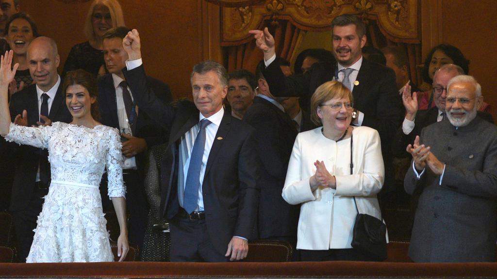 HANDOUT - 30.11.2018, Argentinien, Buenos Aires: Das von der Pressestelle des G20-Gipfels veröffentlichte Foto zeigt Argentiniens First Lady Juliana Awada (l-r), Argentiniens Präsident Mauircio Macri, Bundeskanzlerin Angela Merkel (CDU) und Indiens P