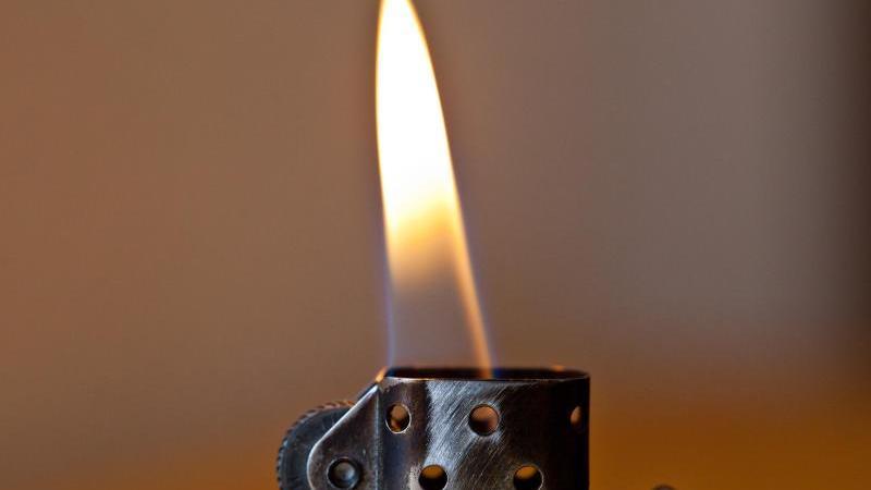 durch-haarspray-und-einem-feuerzeug-erzeugte-der-15-jahrige-eine-stichflamme-symbolbild
